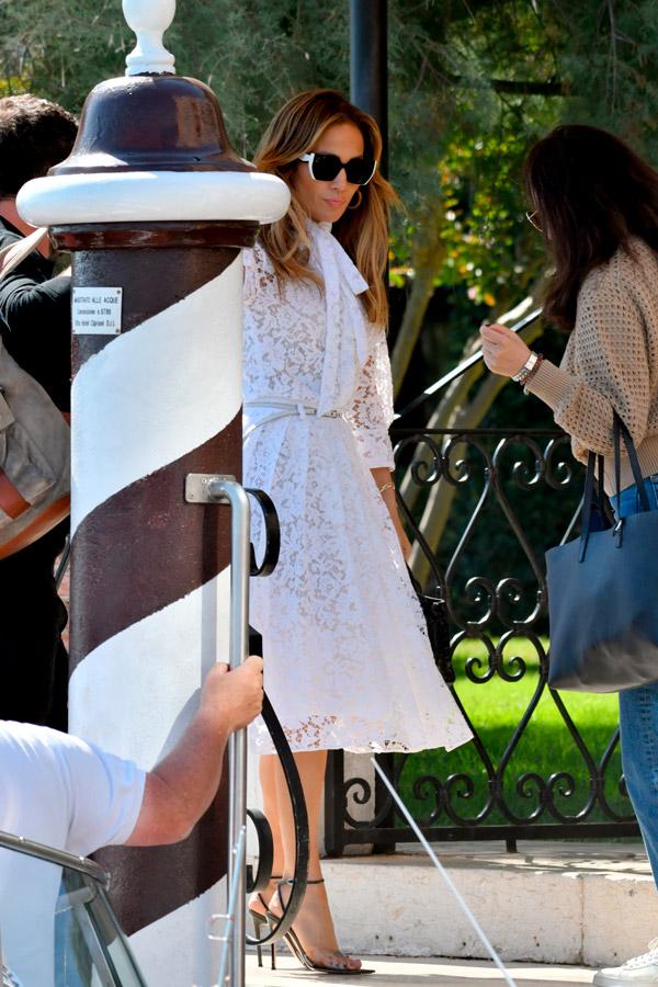 Дженнифер Лопес в кружевном белом платье и босоножках
