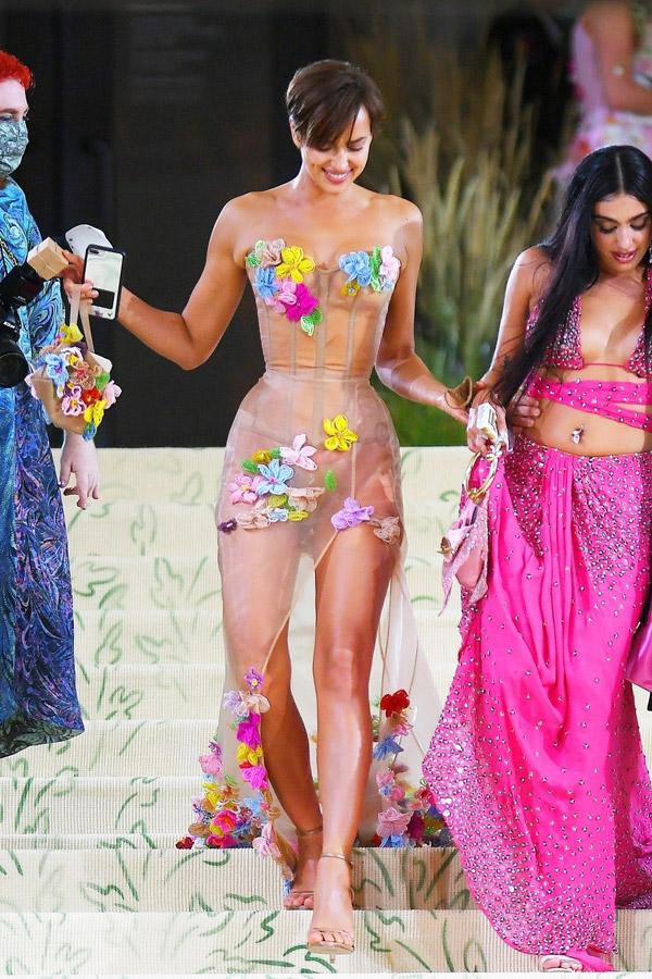Ирина Шейк в бежевом платье расшитом цветочками на Met Gala 2021