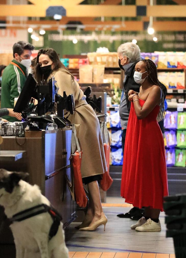 Анджелина Джоли в пальто цвета кэмел