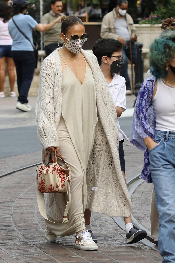 Дженнифер Лопес в длинном платье и кроссовках