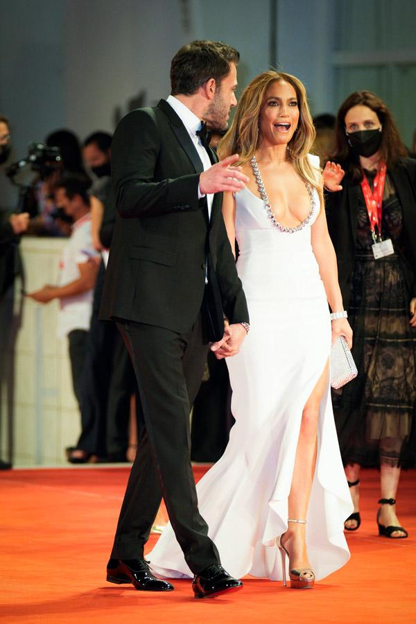 Дженнифер Лопес в белом платье с хвостом русалки