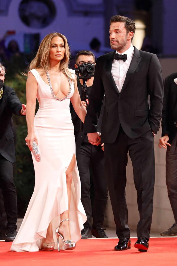 Дженнифер Лопес в шикарном платье и серебристых босоножках