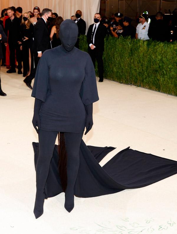 Ким Кардашьян полностью в черном наряде на Met Gala 2021