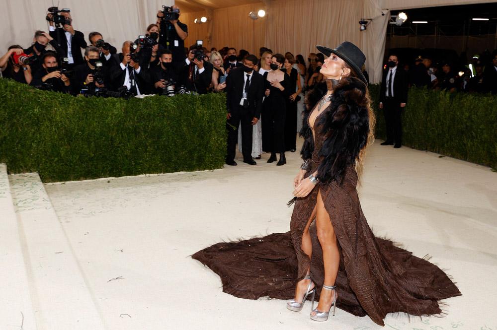 Дженнифер Лопес в шикарном ковбойском платье на Met Gala 2021