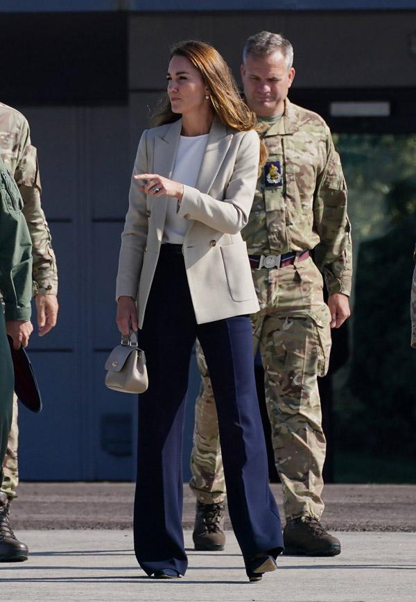 Кейт Миддлтон в брюках с эффектом длинных ног