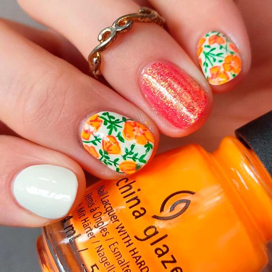 Маникюр с ярким цветочным принтом на коротких ногтях