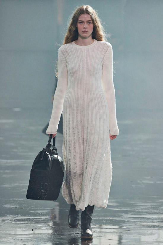 Модель в белом длинном платье из шерсти для зимы от Gabriela Hearst