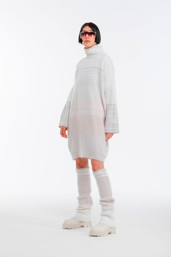 Модель в белом вязанном платье оверсайз от Iceberg