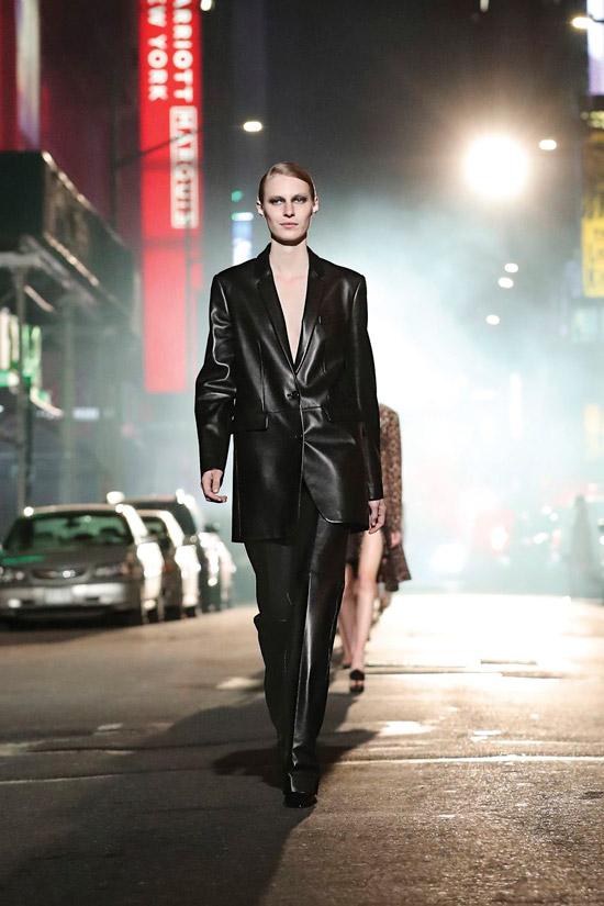 Модель в черном пиджаке оверсайз и брюках