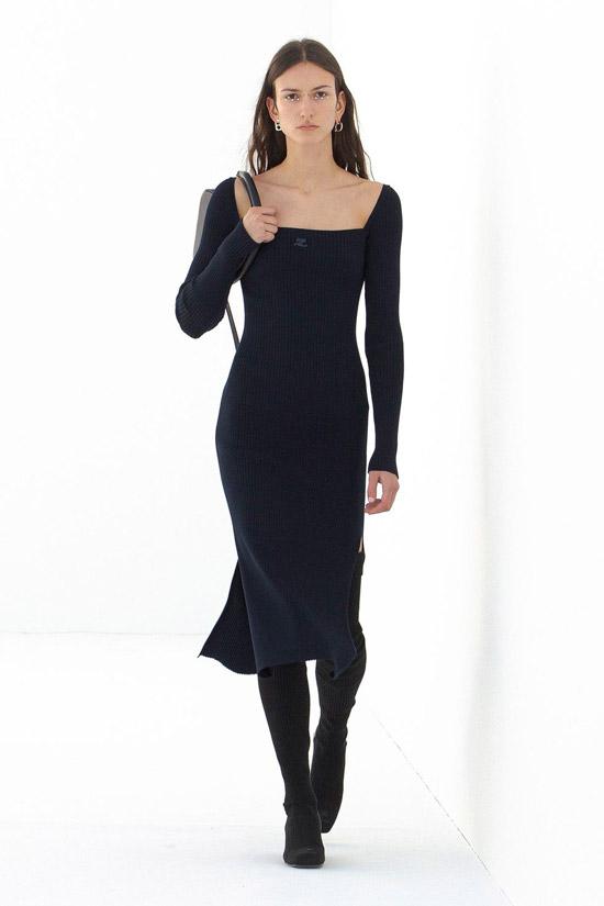 Модель в черном платье миди с квадратным вырезом от Courreges