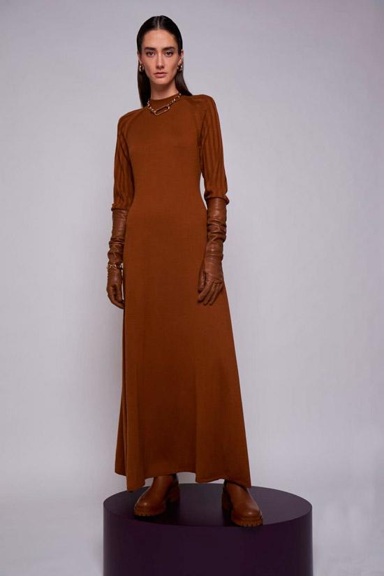 Модель в длинном коричневом платье от Arias