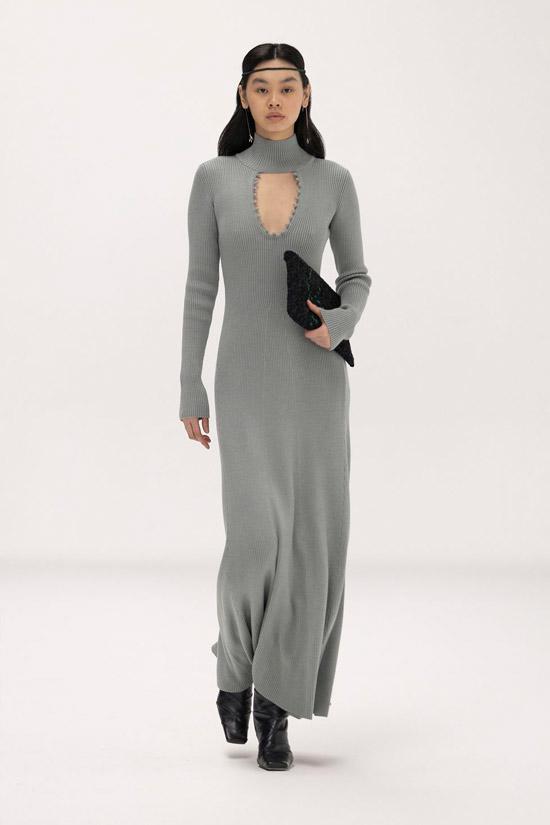 Модель в длинном вязанном платье для зимы от Bevza