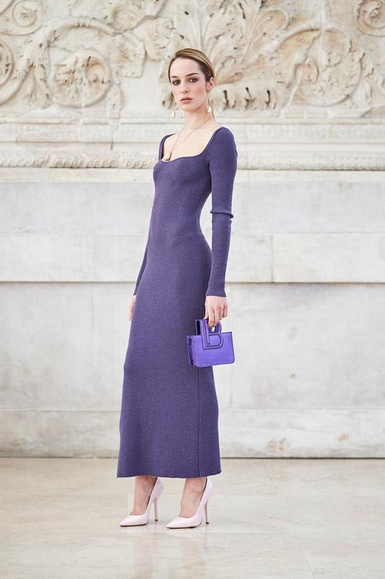 Модель в фиолетовом облегающем платье для зимы от Laura Biagiotti