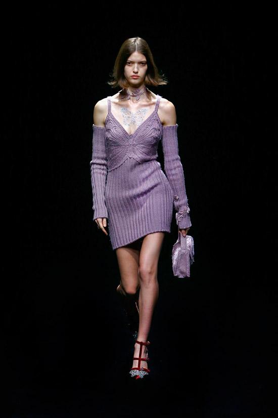 Модель в фиолетовом вязанном платье в рубчик от Blumarine