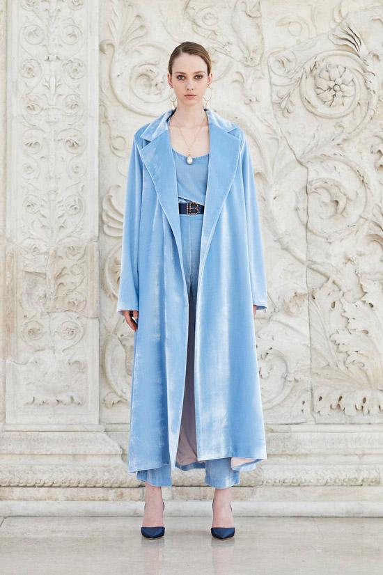 Модель в голубом плаще оверсайз от Laura Biagiotti