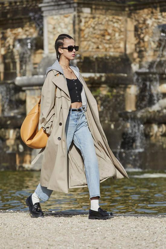 Модель в классическом бежевом плаще и джинсах от Celine