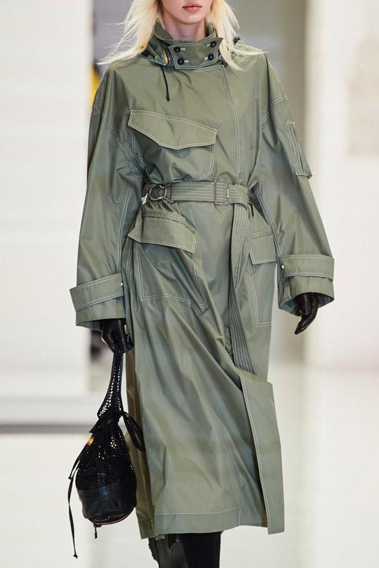 Модель в плаще в стиле хаки с поясом от Kway
