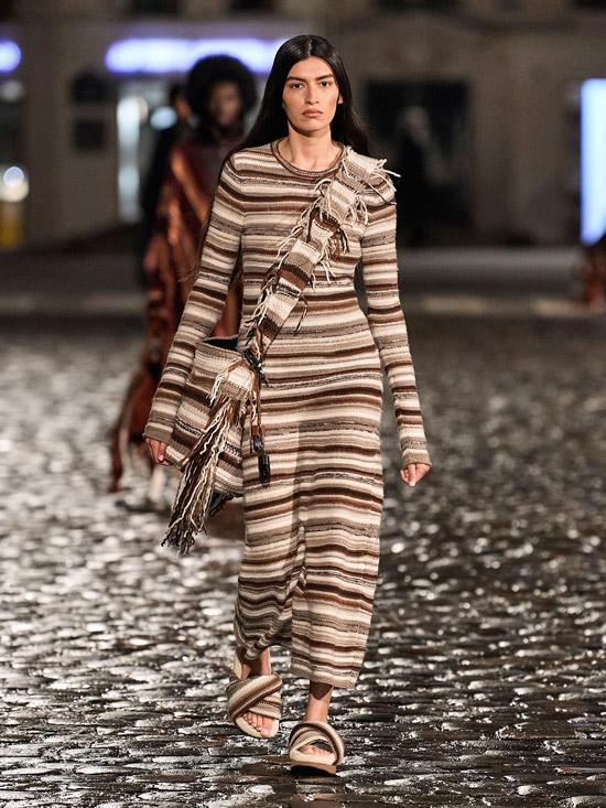 Модель в вязанном платье в полоску с длинными рукавами от Chloè