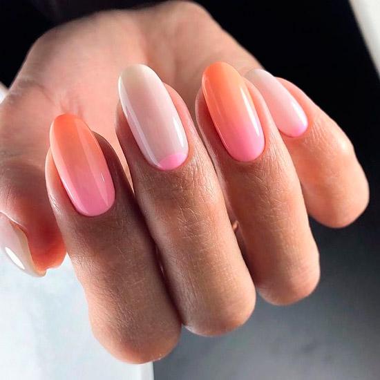 Нежное розовое омбре с лунным маникюром на длинных овальных ногтях