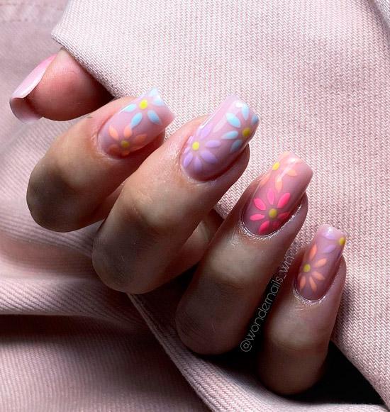Нежный маникюр с пастельными цветами на квадратных ногтях