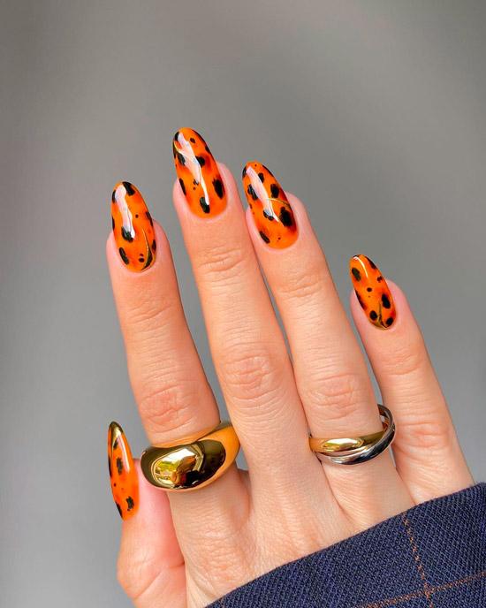 Оранжевый черепаховый маникюр на овальных длинных ногтях