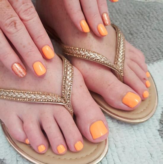 Оранжевый маникюр с блестками на коротких ногтях