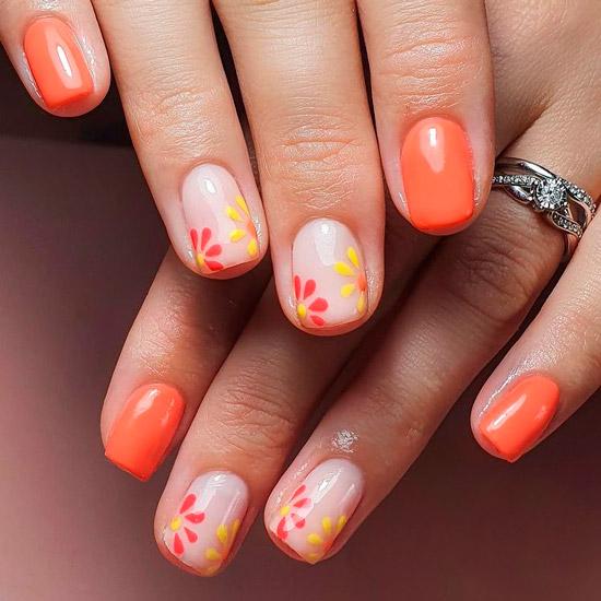 Оранжевый маникюр с цветочным принтом на коротких ногтях