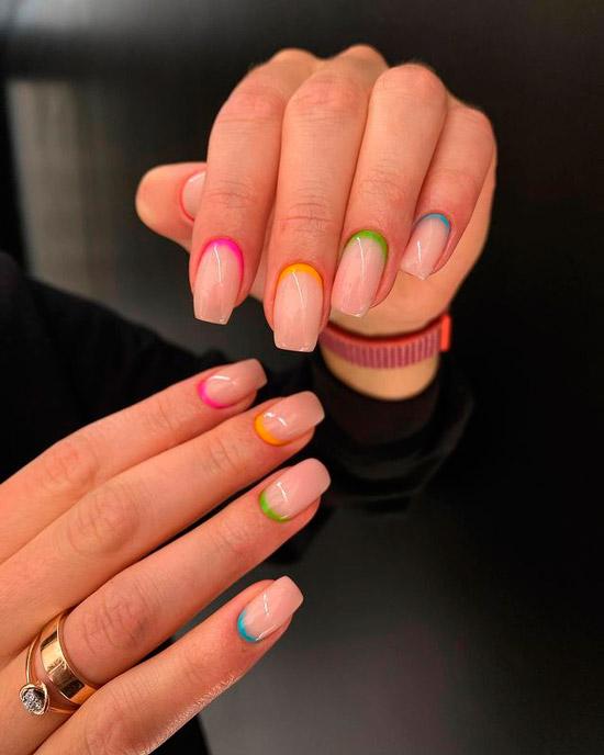Разноцветный лунный маникюр на ухоженных ногтях