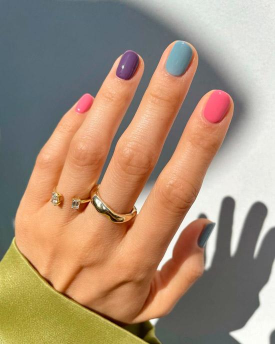 Разноцветный пастельный маникюр на коротких натуральных ногтях