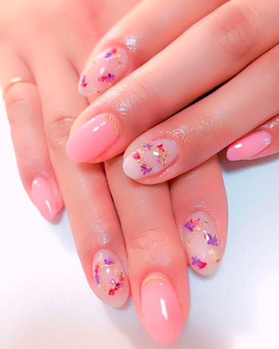 Розово молочный маникюр с сухоцветами на овальных ногтях