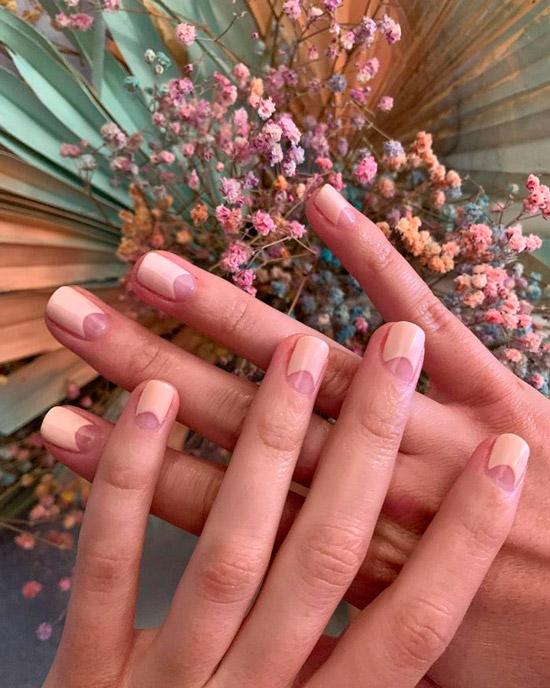 Розовый лунный маникюр на коротких ногтях