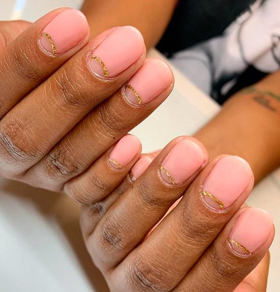 Розовый лунный маникюр с золотой полосой на коротких ногтях