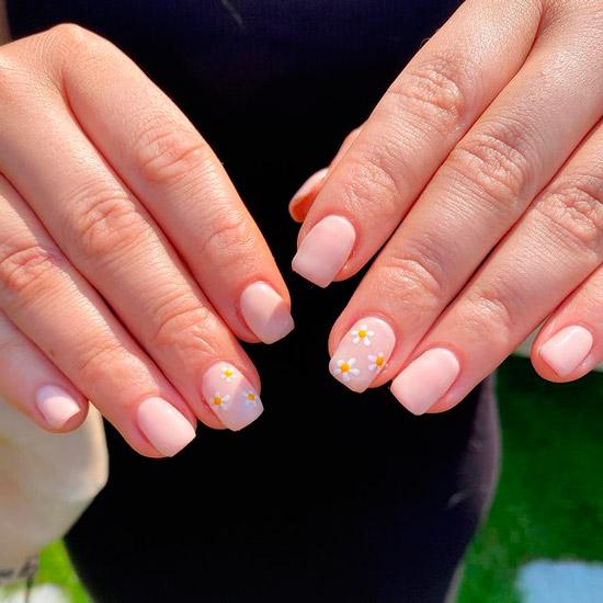 Розовый маникюр с ромашками на ногтях средней длины