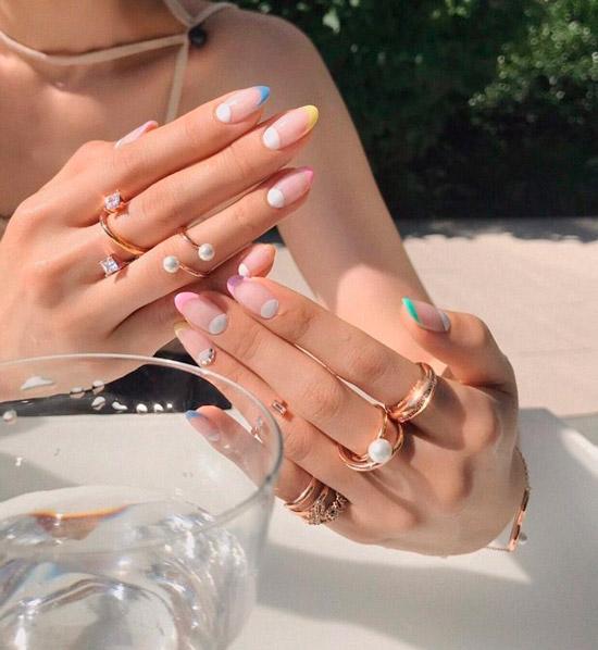 Сочетание белого лунного маникюра и разноцветного френча на длинных овальных ногтях