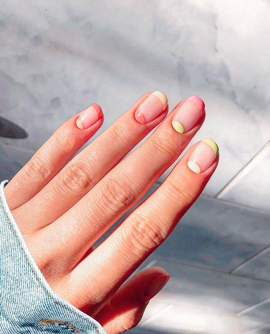 Сочетание лунного маникюра и френча в пастельных тонах на овальных ногтях