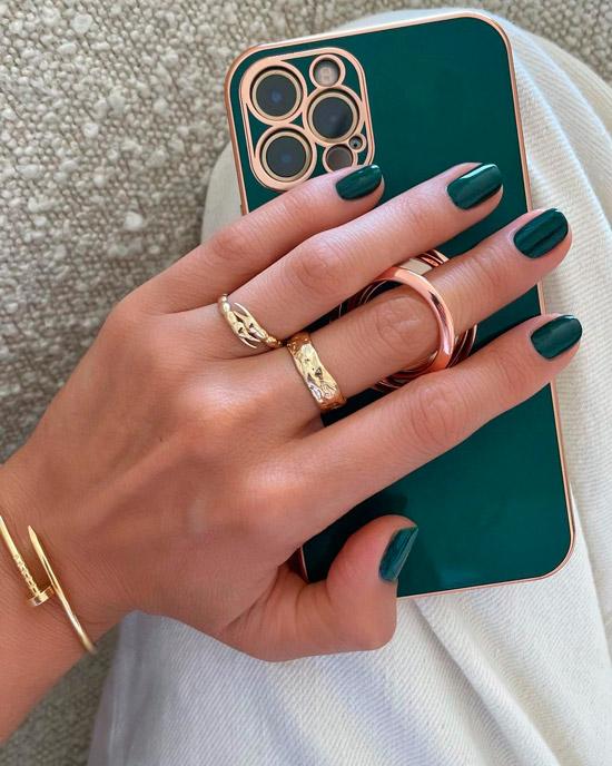 Темно зеленый маникюр на коротких натуральных ногтях