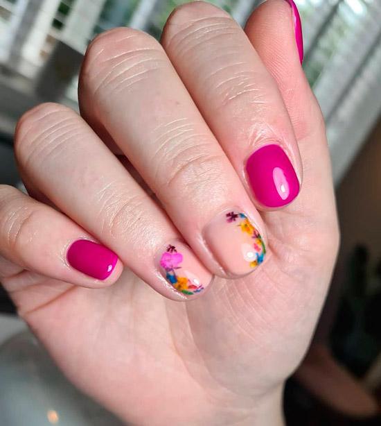 Яркий фиолетовый маникюр с цветами на коротких ногтях