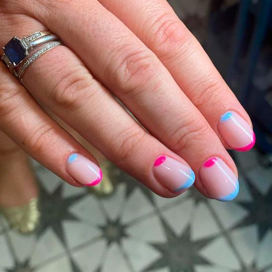 Яркий лунный маникюр и голубой френч на коротких ухоженных ногтях