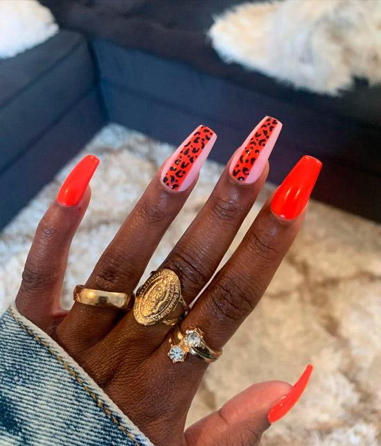 Яркий оранжевый маникюр с леопардовым принтом на длинных ногтях