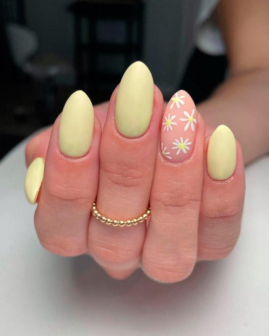 Желтый маникюр с цветочным принтом на миндальных ногтях
