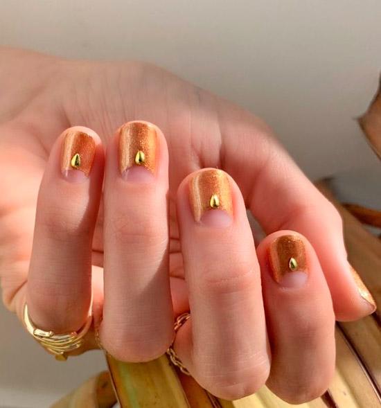 Золотой лунный маникюр на коротких ногтях