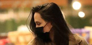 Анджелина Джоли в пальто с огромными карманами и безупречной прической зашла в магазин