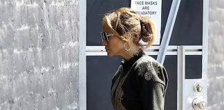 Дженнифер Лопес в длинных оливковых брюках, которыми подметает тротуар, и милом свитере