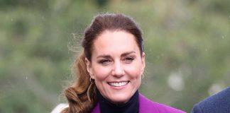 Кейт Миддлтон в фиолетовом костюме и теплой водолазке выглядит триумфально