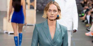 Самая модная куртка осени 2021 - это кожаный блейзер, который идеален для повседневного образа