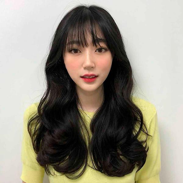Прическа с длинными волосами и тонкой челкой