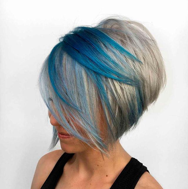 Короткая стрижка с синими прядями