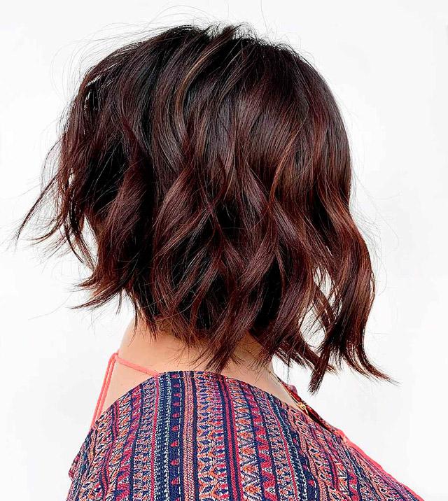 Прическа перевернутый боб на волнистых волосах