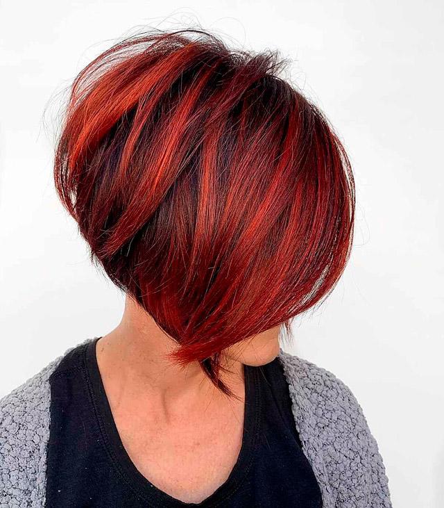 Прическа боб на красно черных волосах