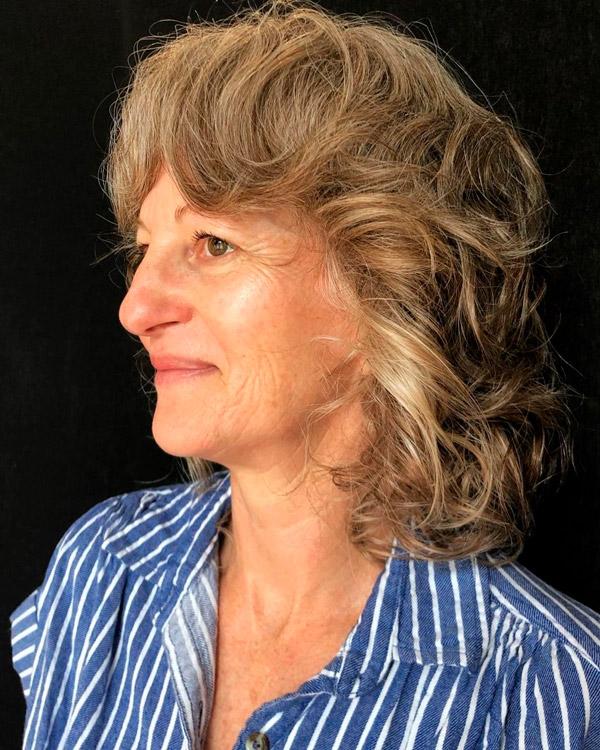Пышная стрижка с волнистыми волосами и челкой